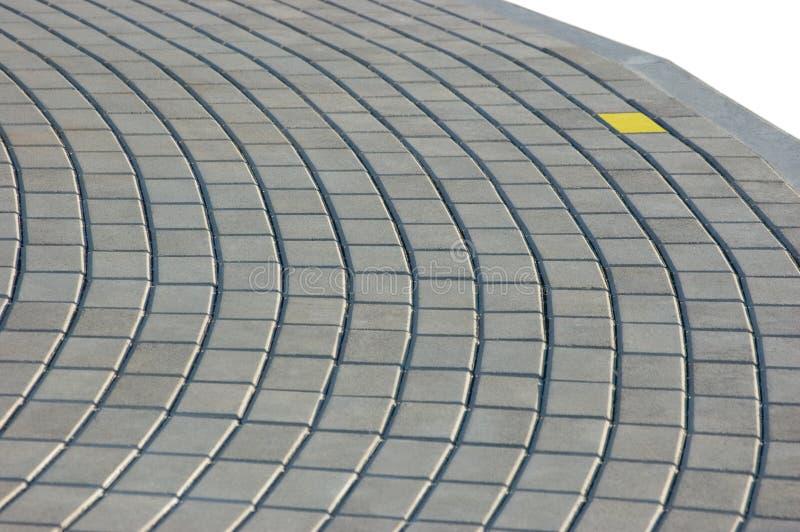 Textura do pavimento do Cobblestone com tijolo amarelo imagem de stock