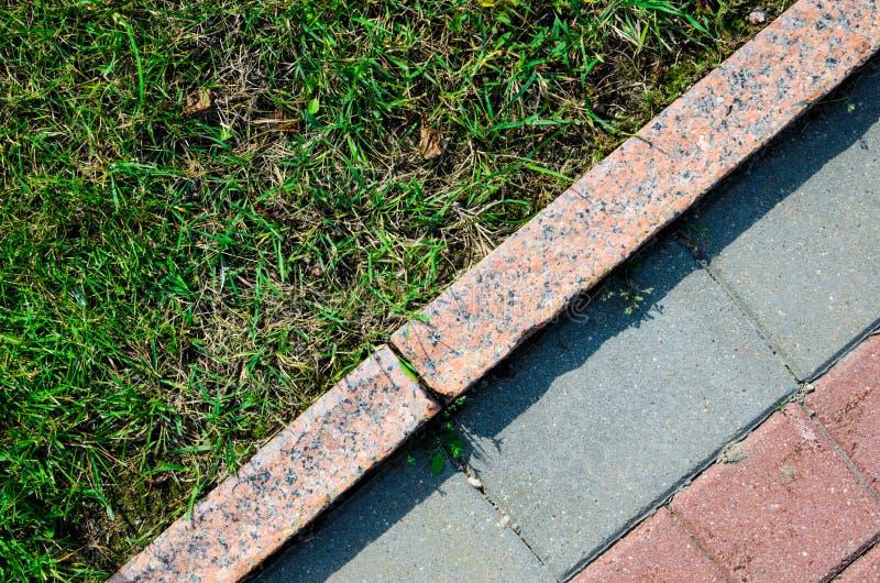 Textura do pavimento e da grama do granito imagens de stock royalty free