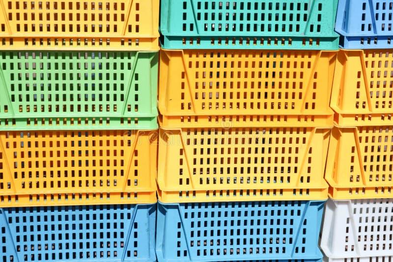 A textura do plástico colorido coloriu caixas retangulares amarelas do verde azul com furos para bens, garrafas imagens de stock royalty free
