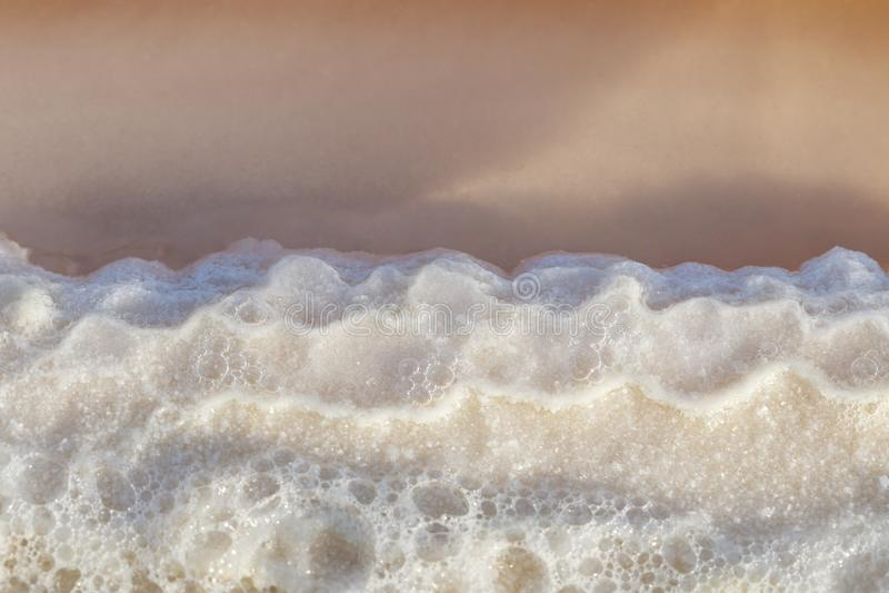 Textura do sal cru na água do mar no processo das lagoas da evaporação em imagem de stock royalty free