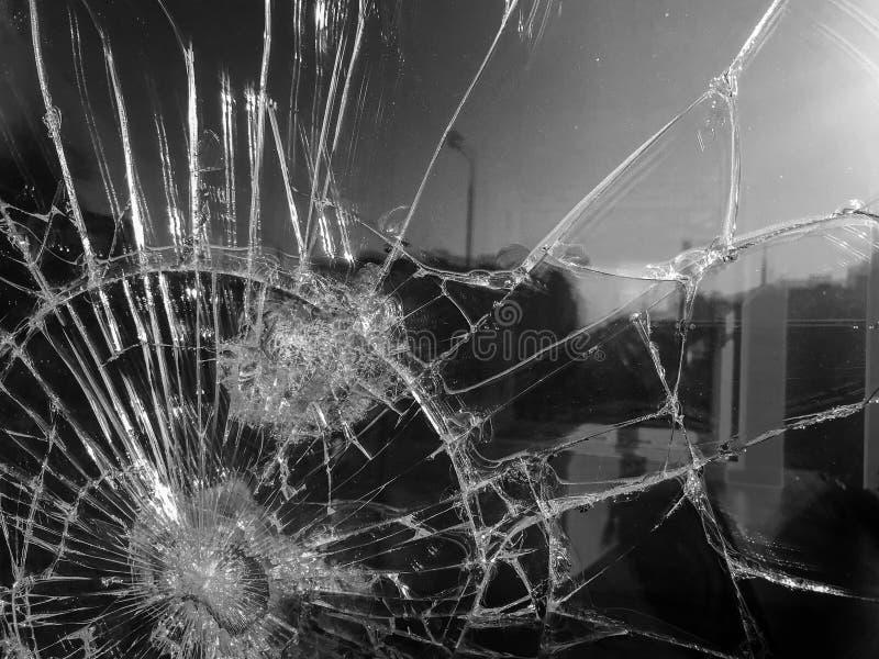 A textura do vidro afiado quebrado fr?gil grosso rachado quebrado, triplex com fragmentos pequenos brilhantes O fundo imagem de stock royalty free