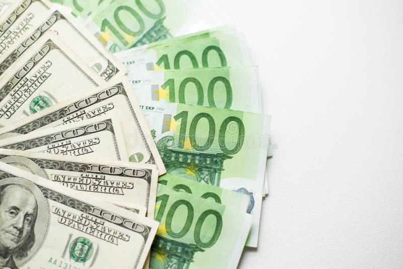 Textura dos dólares americanos e das cédulas do euro fundo branco de cem contas do dólar e do euro fotografia de stock
