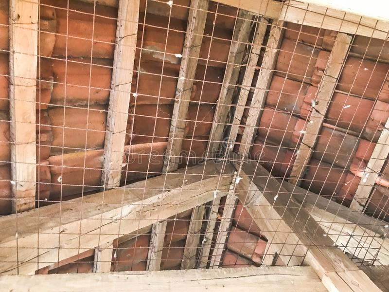 A textura dos feixes, do log e dos tetos fortes antigos de madeira velhos sob o teto O fundo fotos de stock