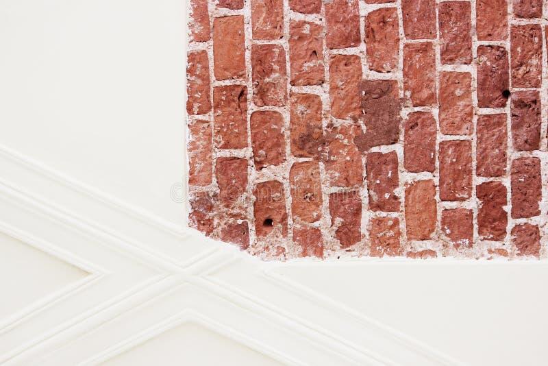 A textura dos tijolos históricos da construção do palácio de Gatchina é a idade do século XVII e o emplastro bege moderno durante fotos de stock royalty free
