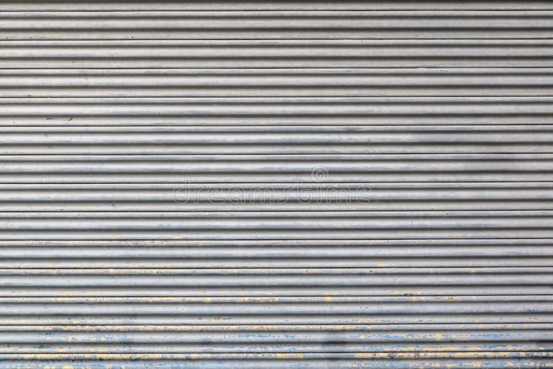 Textura e fundo cinzentos da porta do obturador do rolo do metal da cor foto de stock royalty free