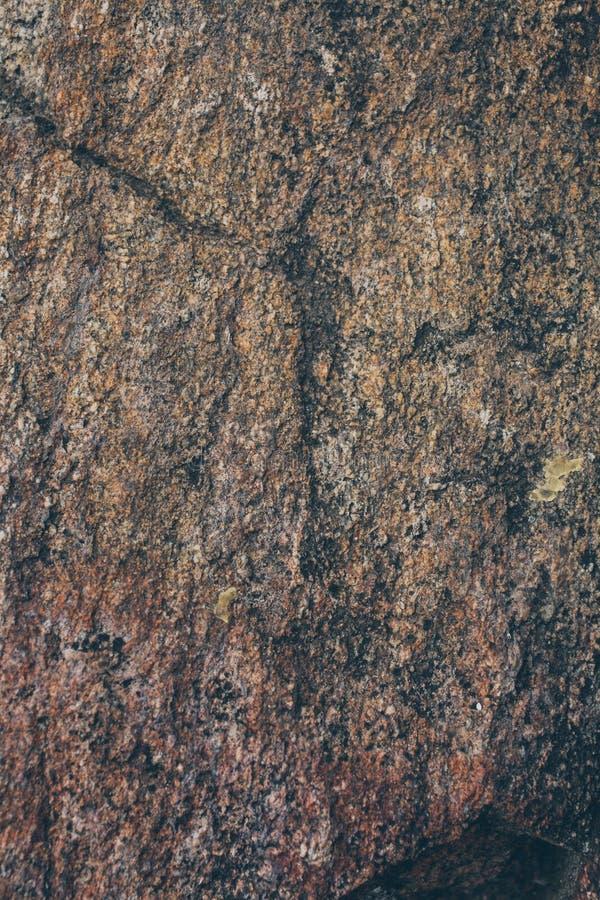 Textura e fundo naturais da parede da rocha Superfície velha da pedra de Brown textured Ideia do close up da textura e do fundo d imagem de stock royalty free