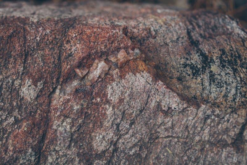 Textura e fundo naturais da parede da rocha Superfície velha da pedra de Brown textured Ideia do close up da textura e do fundo d foto de stock