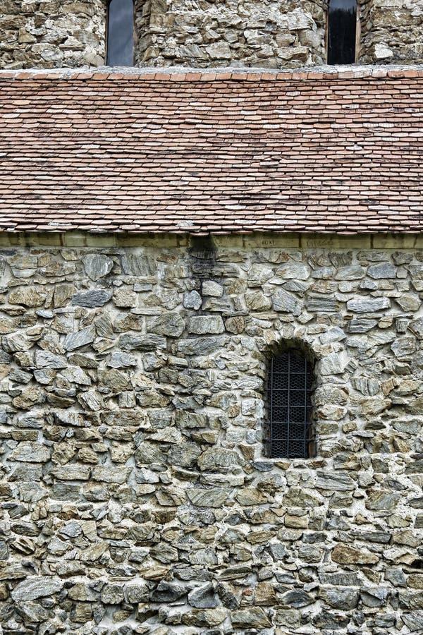 Textura e Windows da parede de pedra foto de stock royalty free