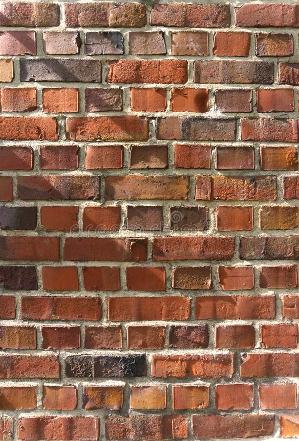 Textura envelhecida da parede de tijolo vermelho com luz solar foto de stock