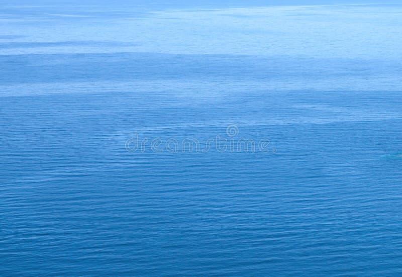 Textura escalada pequena do fundo da água azul fotografia de stock royalty free