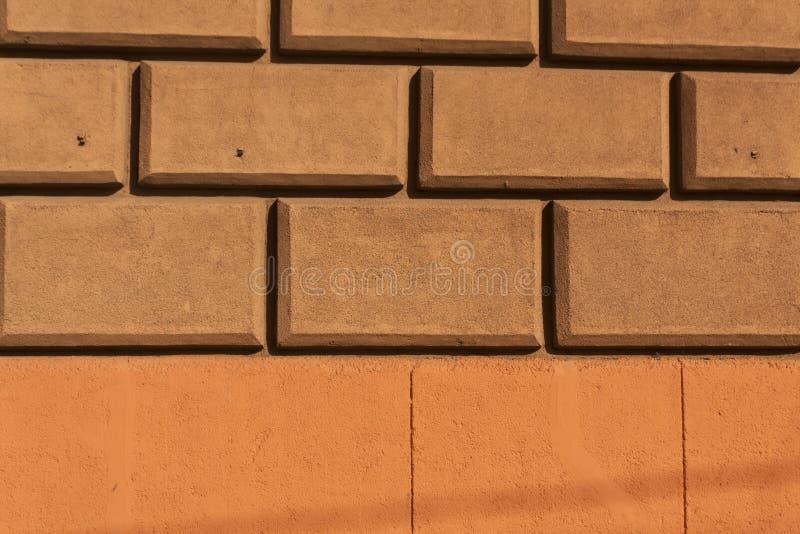 Textura estilizado de Brown e de parede do tijolo alaranjado foto de stock royalty free