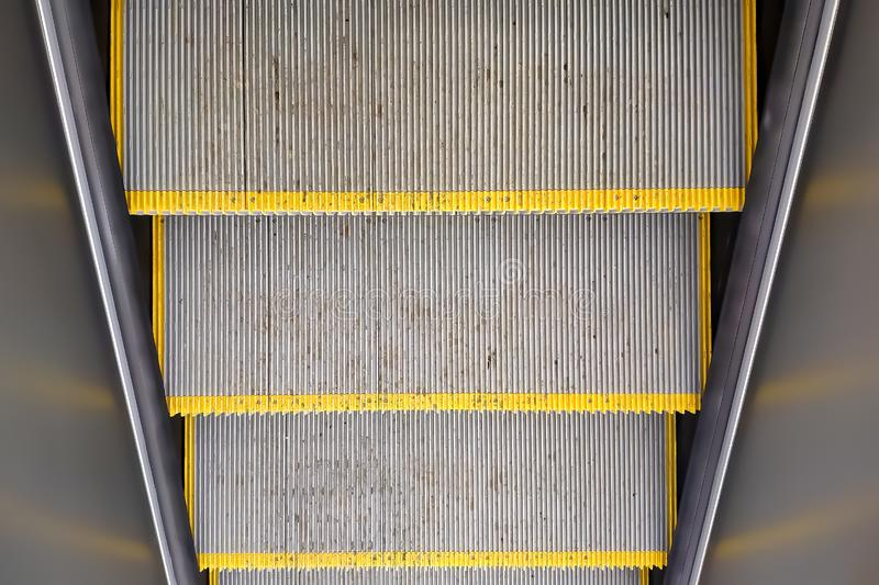Textura, etapas de escada rolante velhas sujas com listras amarelas paredes da vista superior e do metall imagens de stock