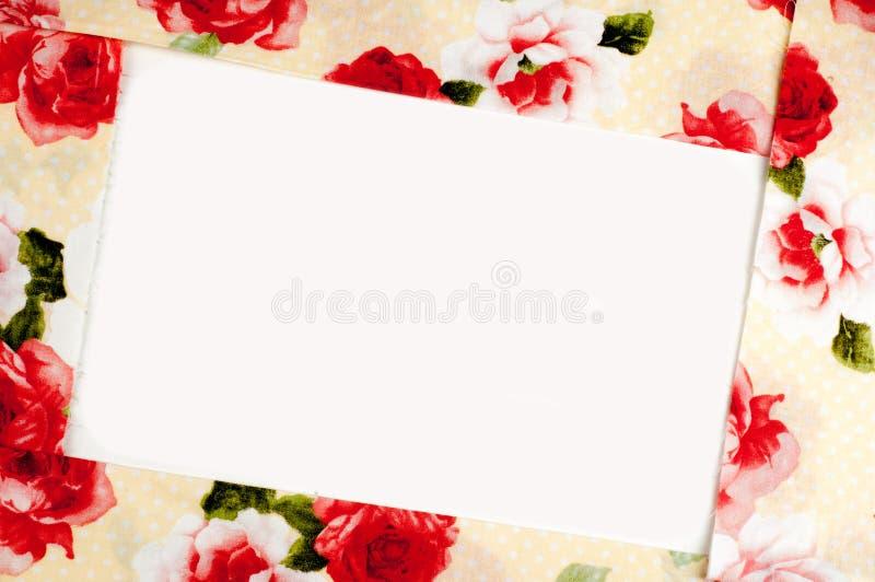 Textura, fondo, modelo La tela de seda es beige con la rosa del rojo fotos de archivo