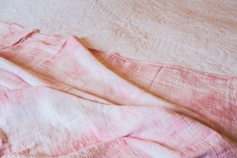 Textura, fundo, teste padrão Sumário cor-de-rosa do fundo de pano com as ondas do delicado, grandes brancos para vestidos ou tern fotografia de stock