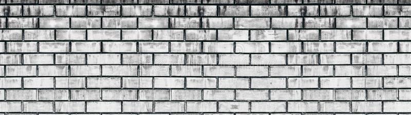 Textura gasto branca velha larga da parede de tijolo Claro - panorama envelhecido cinzento da alvenaria Fundo panorâmico Whitewas fotografia de stock