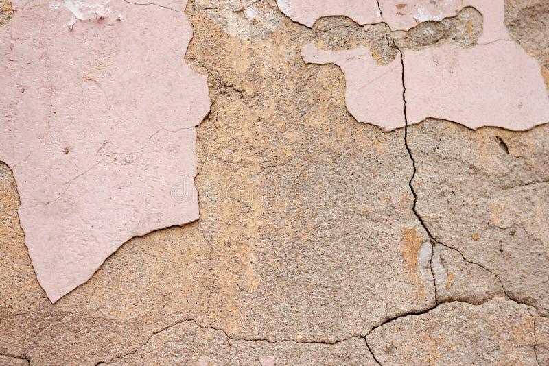 Textura gasto rústica áspera do fundo da parede velha com emplastro e cimento rachados cor-de-rosa fotografia de stock royalty free