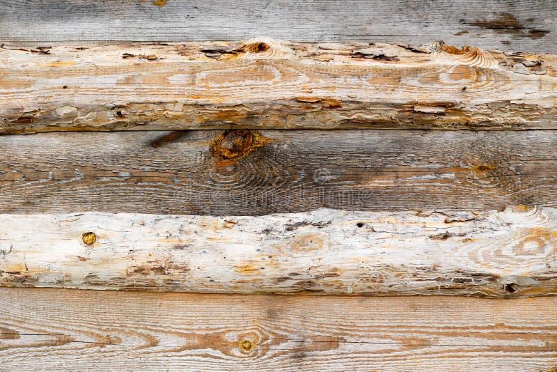Textura horizontal de Brown de logs de madeira, de placas connosco, de quebras e de testes padrões bonitos das fibras de madeira imagem de stock