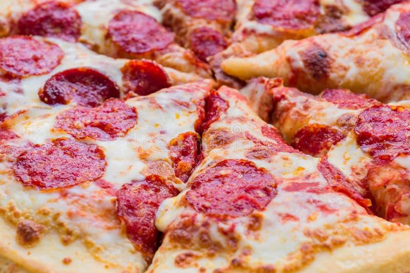 Textura italiana clásica tradicional del fondo de la pizza de salchichones imagenes de archivo