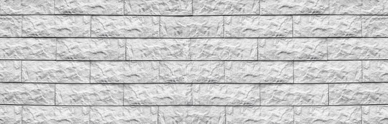 Textura larga da telha larga do cimento branco Fundo panorâmico Whitewashed do bloco da pedra Panorama áspero da parede de tijolo imagem de stock