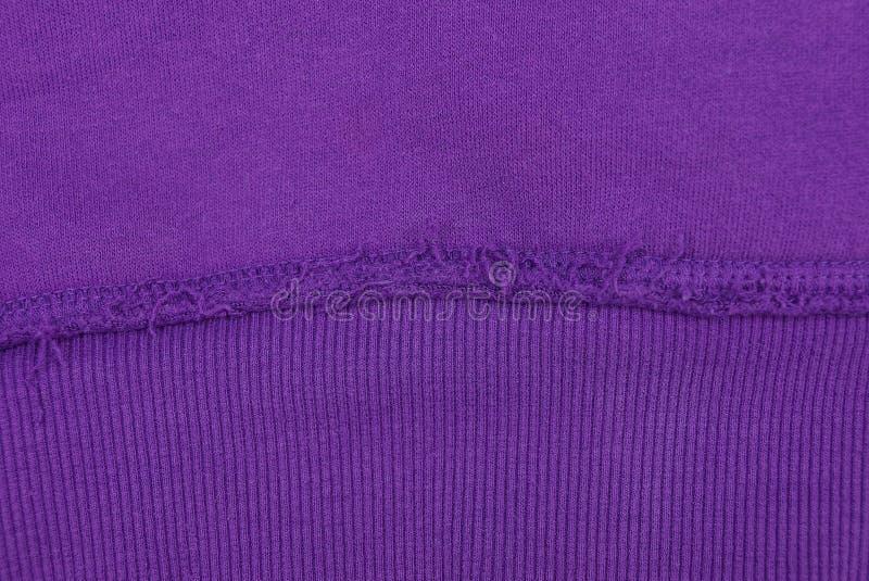 Textura lilás da tela de uma parte de lãs com uma emenda fotografia de stock royalty free
