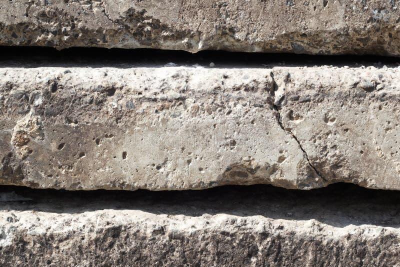 Textura linear de lajes de cimento cinzentas com uma quebra empilhada sobre se opinião lateral do close-up parede conceptual ou d fotografia de stock royalty free