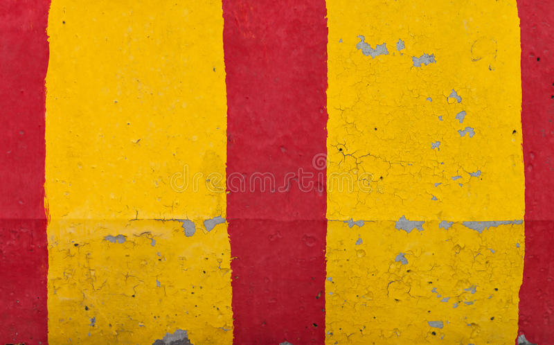 Textura listrada vermelha e amarela da barreira da estrada fotografia de stock royalty free
