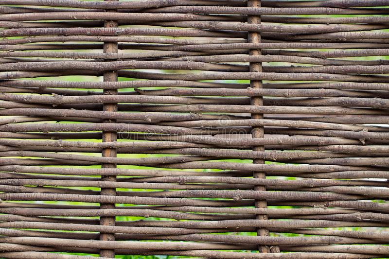 Textura marrom de madeira das hastes rurais finas da cerca fotos de stock