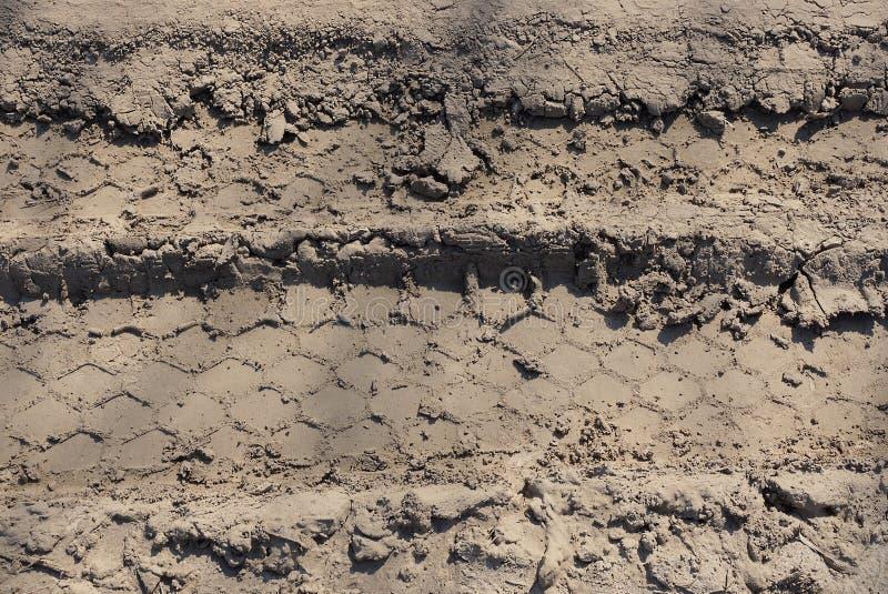 Textura marrom natural da terra seca com quebras na estrada imagens de stock royalty free