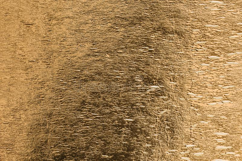Textura metálica brillante de la superficie de la hoja del amarillo de la hoja de oro como fondo foto de archivo