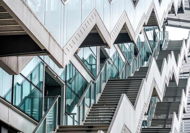 Textura moderna do ziguezague da construção da janela de vidro das escadas do ziguezague imagens de stock