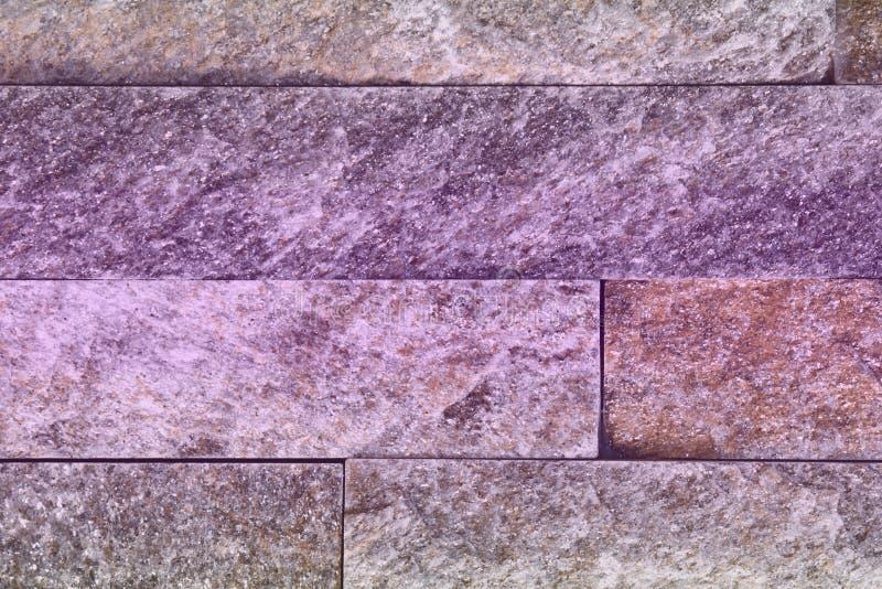 Textura natural alaranjada dos tijolos da pedra do quartzito do grunge bonito para o uso do fundo fotos de stock