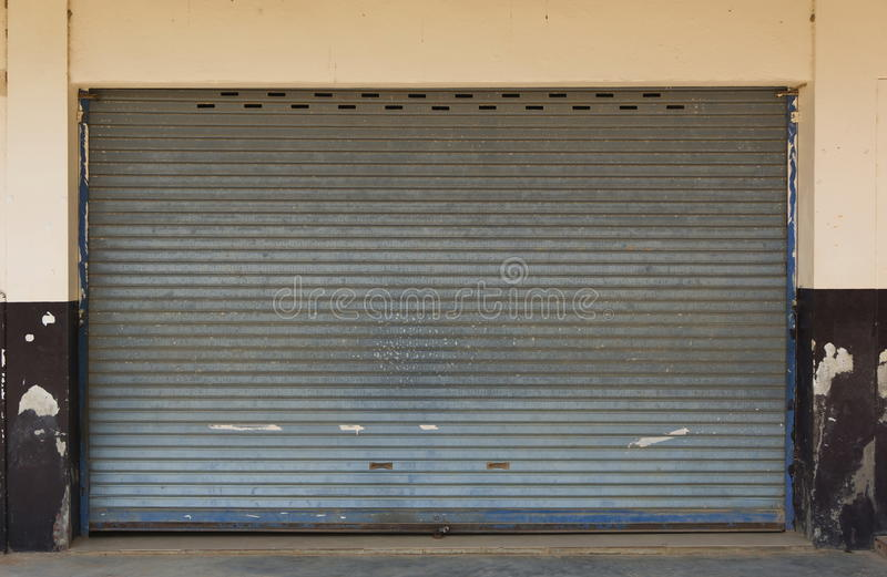 Textura negra de la puerta del rollo de la puerta del garaje del metal imagen de archivo