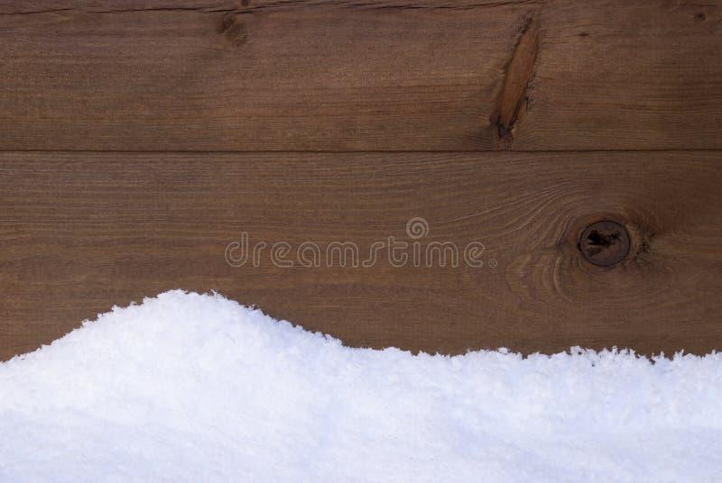 Textura o fondo de madera de Brown con la nieve blanca fotos de archivo