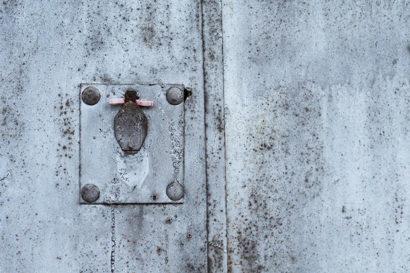 Textura oxidada do metal com buraco da fechadura, os riscos e quebras cobertos Traços da pintura Cores azuis, brancas e cinzentas fotos de stock
