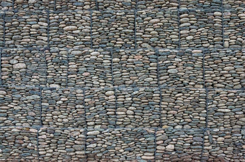 Textura para el fondo Pared de piedra en una rejilla del metal foto de archivo