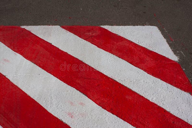 Textura Pintado no sinal branco vermelho do asfalto para veículos especiais Lugar para corpos de bombeiros e salvadores, emergênc imagem de stock