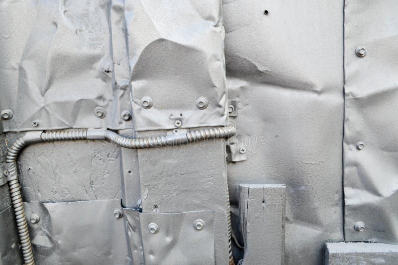A textura prateada no estilo do steampunk, Cyberpunk dobrou-se, torceu-se, folhas de metal velhas da lata, parafusos, rebites, ha foto de stock