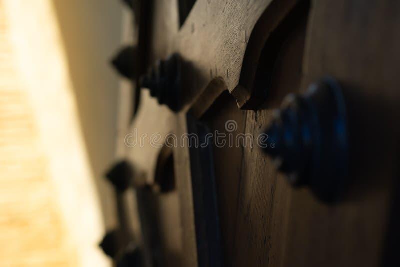 Textura, puerta de madera vieja a partir de la era medieval fotografía de archivo