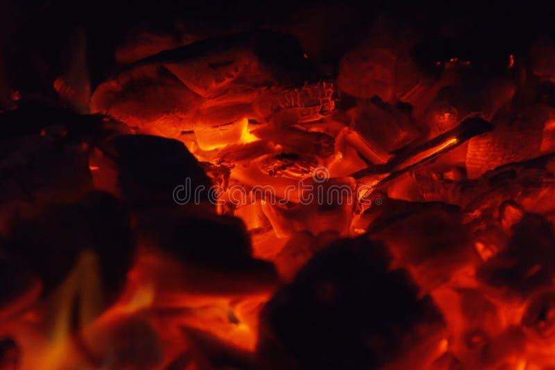 Textura quente de incandescência do fundo do close-up dos carvões amassados do carvão vegetal bonfire foto de stock royalty free