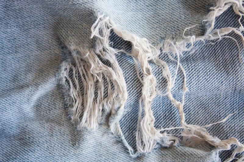 Textura rasgada calças de brim da sarja de Nimes foto de stock