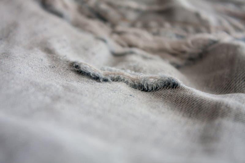 Textura rasgada calças de brim da sarja de Nimes imagem de stock royalty free