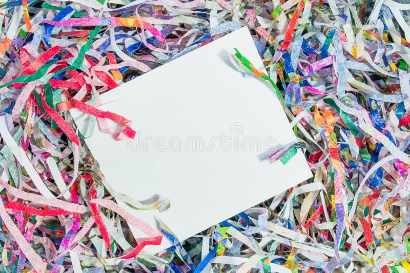 Textura shredded close up do papel e para reutilizar a sucata de papel colorida da cor do documento com espaço do Livro Branco pa fotografia de stock