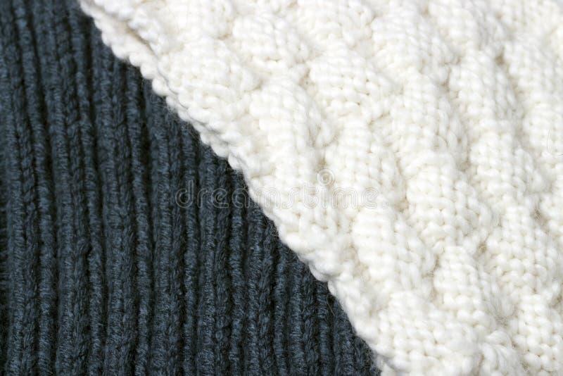 Textura superficial blanca y azul hecha punto, un fondo del invierno, un pequeño modelo imagenes de archivo