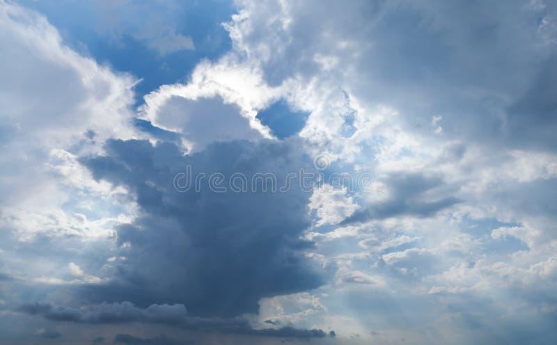 Textura tormentoso escura do fundo do céu nebuloso imagens de stock