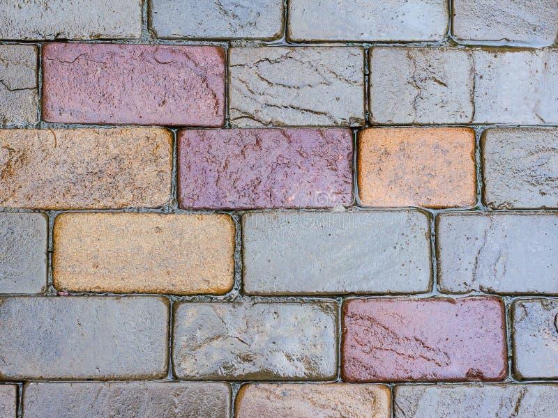 Textura velha da parede da pedra do tijolo Fundo vestido velho da textura da parede de tijolo Fundo do tijolo de telhas multi-col imagem de stock