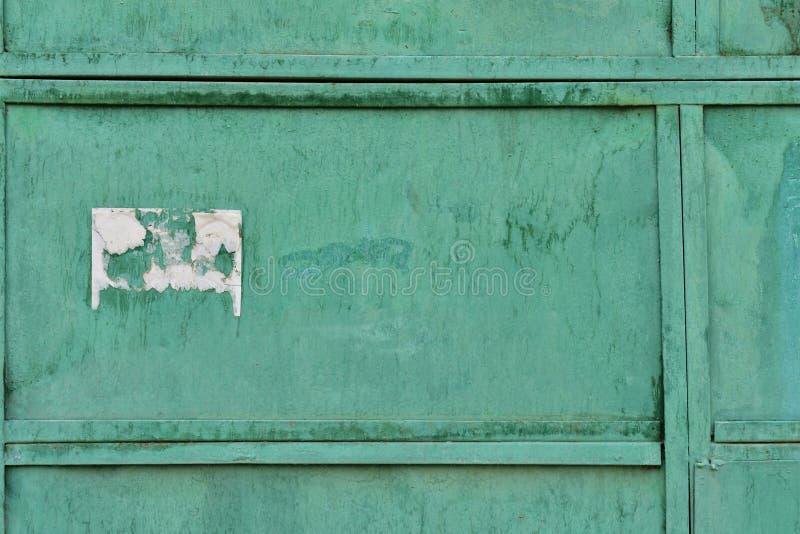 A textura velha do metal revestiu com a pintura verde velha foto de stock