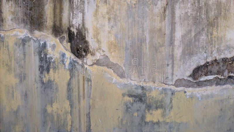 Textura velha do muro de cimento do risco amarelo da pintura foto de stock
