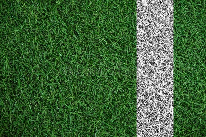 Textura verde da grama do relvado com linha branca, no campo de futebol fotografia de stock