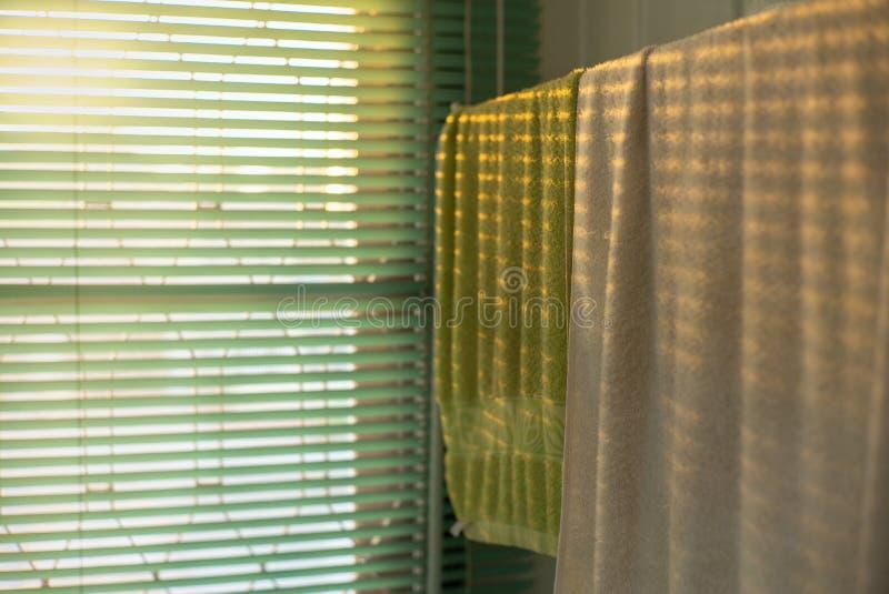 Textura y fondo de las toallas que cuelgan en la suspensión con el ligh imagenes de archivo