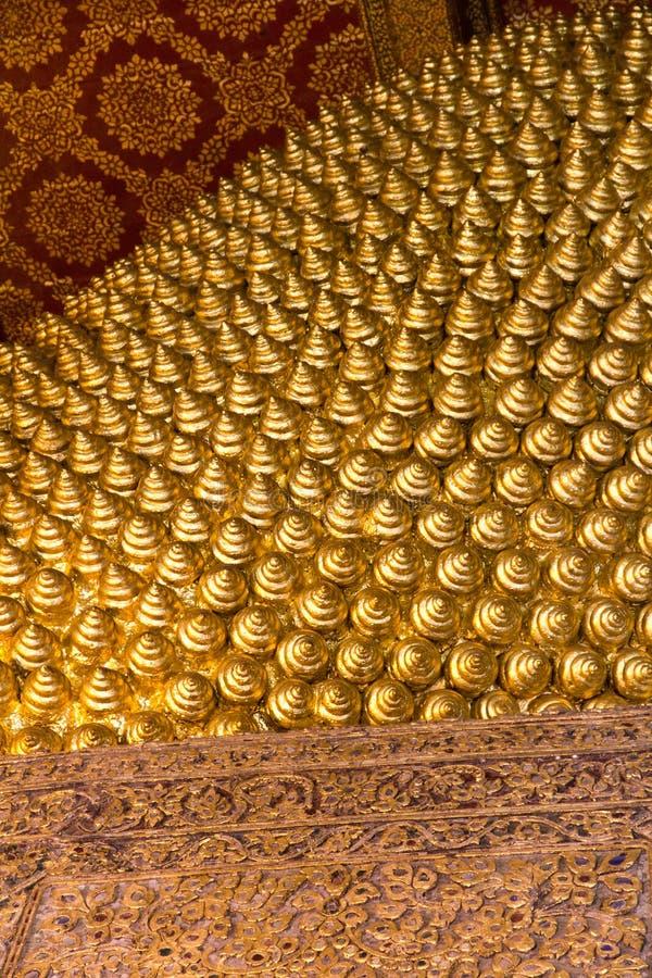 Texturas douradas no templo budista em Tailândia imagens de stock royalty free